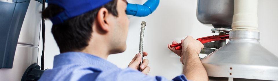 monteur zorgt voor CV installatie